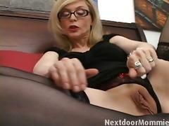 nasty cougar love to give handjobs