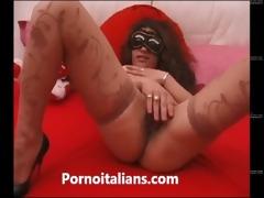 mora italiana in calore si masturba la figa