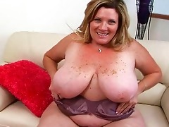 obese pale blond momma sticks giant sex toy up