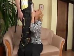 une femme aged suce généreusement le plombier